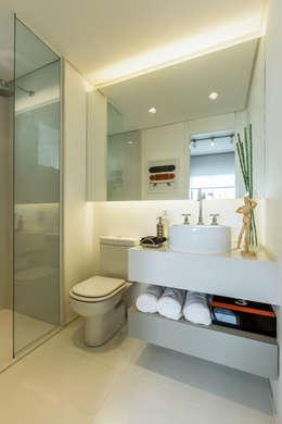 Baños de estilo  por Chris Silveira & Arquitetos Associados