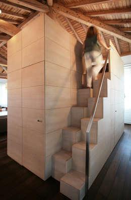 una scala samba riduce lo spazio necessario per raggiungere la sommità: Ingresso, Corridoio & Scale in stile in stile Moderno di isabella maruti architetto