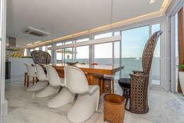 COBERTURA BEIRA OCEANO ATLAMTICO: Salas de jantar tropicais por Renato Teles Arquitetura