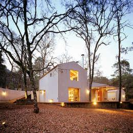 VILLA DE GRACIA : Casas de estilo moderno por JUAN IGNACIO CASTIELLO ARQUITECTOS