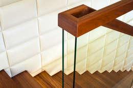 Schody wspornikowe na tle tapicerowanej ściany: styl , w kategorii Korytarz, hol i schody zaprojektowany przez KAISER Schody Sp. z o.o.