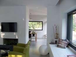 Salon de style de style Moderne par Bureau MT