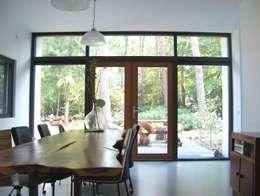 Salle à manger de style de style Moderne par Bureau MT