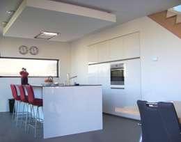 Eilandwoning Amersfoort: moderne Keuken door Bureau MT
