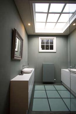 Marike Comma wastafel op maatwerk witte kast: moderne Badkamer door Marike