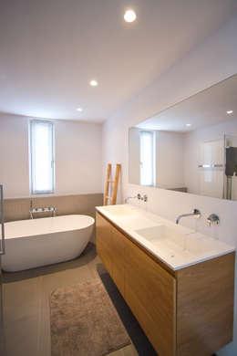 Marike Solute wastafel, maatwerk kast en vrijsstaand Flint bad: moderne Badkamer door Marike