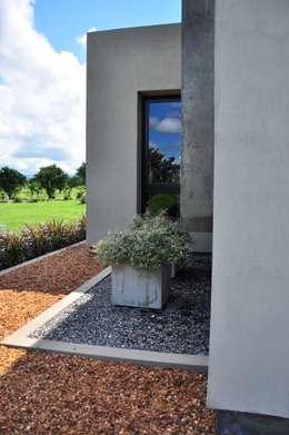 Jardines de estilo moderno por binomio