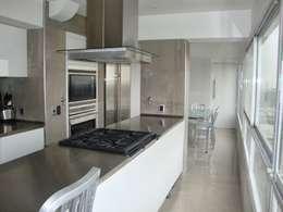 Libertador 2012: Cocinas de estilo moderno por Hargain Oneto Arquitectas