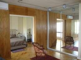 dormitorio después de intervención sector vestidor:  de estilo  por Hargain Oneto Arquitectas