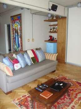 dormitorio después de intervención sector TV chill out:  de estilo  por Hargain Oneto Arquitectas