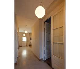 Casa Silvia y Omar: Pasillos y recibidores de estilo  por IR arquitectura
