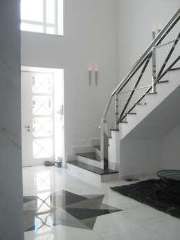 Couloir et hall d'entrée de style  par UAArquitectos
