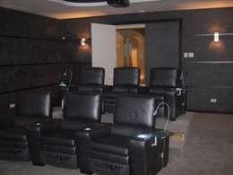 Salle multimédia de style  par UAArquitectos