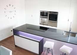 Cocinas de estilo minimalista por Línea 3 Cocinas Madrid