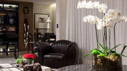 CECY: Sala de estar  por Flavio Moura Arquitetura
