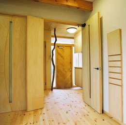 オリジナルの玄関ドア&握り棒: 小栗建築設計室が手掛けた廊下 & 玄関です。