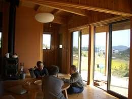 ห้องนั่งเล่น by 虎設計工房