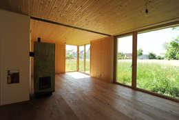 Innenansicht Wohnbereich Erdgeschoß: moderne Wohnzimmer von Symbios Architektur