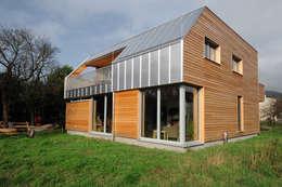 Süd-Ostfassade: moderne Häuser von Symbios Architektur