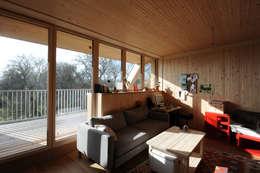 Innenansicht Wohnbereich Obergeschoß: moderne Wohnzimmer von Symbios Architektur