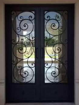 Puertas y ventanas de estilo  por Del Hierro Design
