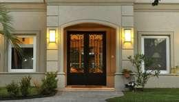 Puerta de entrada de hierro forjado Linea Clasica: Casas de estilo clásico por Del Hierro Design