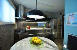 Projekty,  Kuchnia zaprojektowane przez HECHER YLLANA ARQUITETOS
