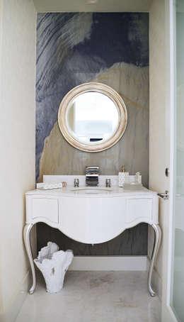 Malibu Decor by Erika Winters Inc. Design: Baños de estilo  por Erika Winters® Design