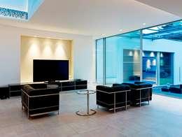 Salas de entretenimiento de estilo minimalista por Gritzmann Architekten