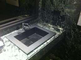 Baños de estilo rústico por ARESAN TEC EN PIEDRA PROYECTOS Y OBRAS SL