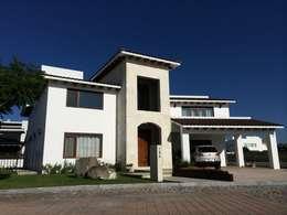 fachada casas de estilo moderno por santiago pardo arquitecto