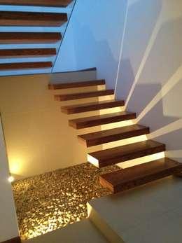 18 escaleras con hermoso jard n de piedras for Escaleras con luz