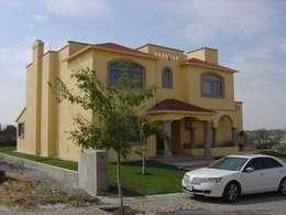 Fachada: Casas de estilo clásico por SANTIAGO PARDO ARQUITECTO