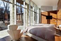 LDK | 軽井沢の別荘建築 | 弧線上のVILLA: Mアーキテクツ|高級邸宅 豪邸 注文住宅 別荘建築 LUXURY HOUSES | M-architectsが手掛けた寝室です。
