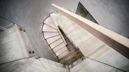 Прихожая, коридор и лестницы в . Автор – BRODA schody-dywanowe