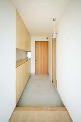 scandinavian Corridor, hallway & stairs by 市原忍建築設計事務所 / Shinobu Ichihara Architects