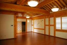 장흥리 한옥마을 내 주택: 금송건축의  거실