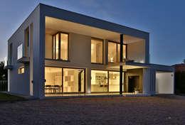 Projekty, minimalistyczne Domy zaprojektowane przez DosiCreatius