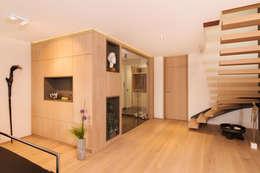 Eingangsbereich und Treppensituation: moderne Wohnzimmer von archiall2 interiordesign