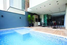 Albercas de estilo minimalista por ZAAV Arquitetura