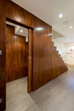 Corridor & hallway by DDWH Architects