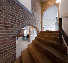 schody: styl , w kategorii Korytarz, przedpokój zaprojektowany przez Pracownia Świętego Józefa