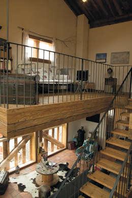 Transformation d 'un raccard: Salon de style de style Rustique par Atelier d'architecture Lorianne Maret