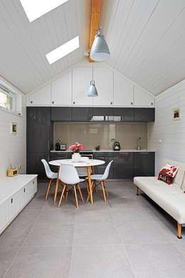 Cocinas de estilo moderno por E2 Architecture + Interiors