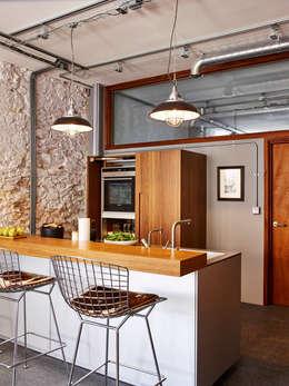 Cocinas de estilo moderno por Sapphire Spaces