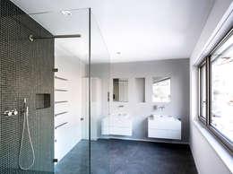 Mehrfamilienhaus 'Flair' in Herrliberg: moderne Badezimmer von AMZ Architekten AG   sia   fsai