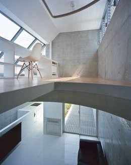 品川の住宅: 宮崎仁志建築設計事務所が手掛けた書斎です。