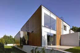 PERFORATED HOUSE EXTERIOR : styl nowoczesne, w kategorii Domy zaprojektowany przez KLUJ ARCHITEKCI