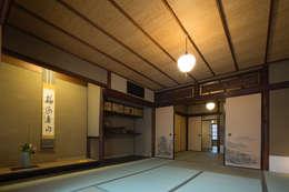 現代に息づく京都の町家: 一級建築士事務所 (有)BOFアーキテクツが手掛けたリビングです。
