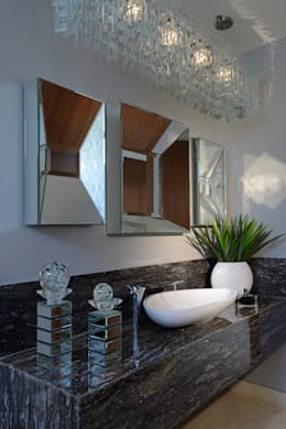 Baños de estilo moderno por VICTORIA PLASENCIA INTERIORISMO